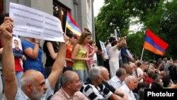Оппозиция проводит сидячую акцию протеста в Ереване, 18 июня 2010 г.