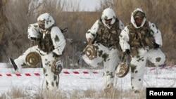 Қазақстандық сарбаздар әскери жаттығу кезінде. Көрнекі сурет.