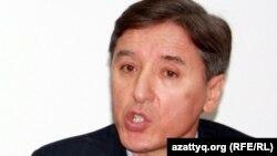 Сопредседатель Общенациональной социал-демократической партии Болат Абилов на пресс-конференции. Алматы, 9 января 2012 года.