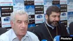 Գրողների միության նախագահ Լեւոն Անանյանը եւ Վիրահայոց թեմի առաջնորդ Վազգեն եպիսկոպոս Միրզախանյանը: