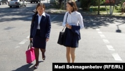Школьницы идут по улице в Алматы. Иллюстративное фото.