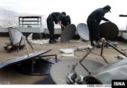 Иран полициясы тұрғындар орнатқан спутниктік антенналарды бұзып жатыр. (Көрнекі сурет)