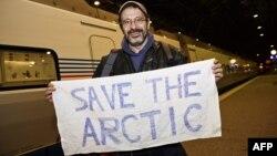 Ֆինլանդիա - «Գրինփիս»-ի ակտիվիստ Դմիտրի Լիտվինովը Հելսինկիի երկաթուղային կայարանում, 26-ը դեկտեմբերի, 2013թ․