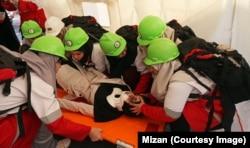 مصدوم مانور زلزله در حال تلاش برای نجات از دست امدادگران