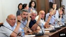Пока все решения, которые принимает и.о. президента Абхазии, – об освобождении от работы представителей прежней властной команды. Это осуществление давно уже озвученных требований Координационного совета политических партий и общественных движений