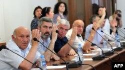 Абхазские парламентарии избрали председателя Арбитражного суда, вернули текст присяги, который был изменен под президента Анкваба, и не утвердили внесение поправок в закон «О выборах депутатов Народного собрания – парламента Республики Абхазия»