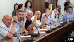 На сегодняшней сессии парламента из 35 депутатов присутствовал 31, в том числе и самые упорные из «анквабистов»: те, которые после событий 27 мая дольше остальных своих единомышленников отказывались в знак протеста посещать заседания
