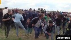 Инцидент произошел в пограничном лагере беженцев Реcке (Roszke) на границе Венгрии и Сербии.