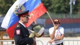 Житель Боснии и Герцеговины пришел на церемонию по случаю приезда в страну министра иностранных дел России Сергея Лаврова