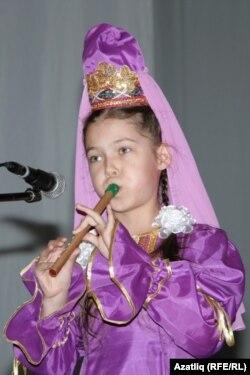 8 яшьлек Ләйсән курайда өздереп татар көйләрен башкарды