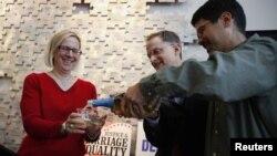 Исполнительный директор Лиги сексуальных меньшинств Сан-Франциско Ребекка Рольф и адвокаты однополых семей Джон Льюис и Стюарт Гаффни отметили шампанским заявление Обамы