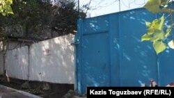 Фрагмент стены старого СИЗО (СИ-1). Алматы, 4 октября 2016 года.