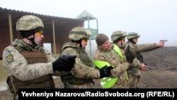 Павло Бондарчук інструктує бійців взводу військової поліції
