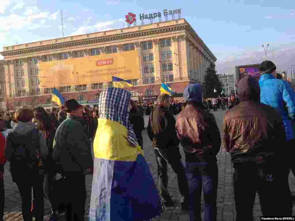 Майдан напротив здания ОГА