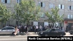 У здания Советского райсуда Махачкалы во время избрания меры пресечения Абдулмумину Гаджиеву