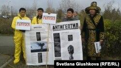 «Антигептил» қозғалысының белсенділері. Астана, 19 қазан 2013 жыл.