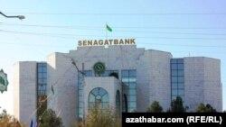 """Türkmenistanda telekeçilere ýeňillikli kreditleri bermek bilen Türkmenistanyň üç bankynyň - """"Daýhanbank"""", """"Garagum"""" hem """"Senagat"""" banklarynyň meşgullanýandyklary türkmen metbugatynda habar berildi."""