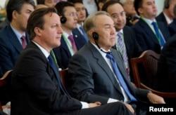 Қазақстан президенті Нұрсұлтан Назарбаев пен Ұлыбритания премьер-министрі Дэвид Кэмерон Қашағандағы Болашақ зауытында отыр. 30 маусым 2013 жыл.