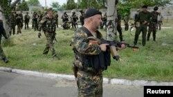 Қаруына Георгий лентасын байлаған адам. Донецк, 23 мамыр 2014.