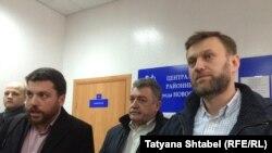 Леонид Волков, его адвокат Владимир Бандура и Алексей Навальный после заседания суда в Новосибирске, 25 марта 2016 года