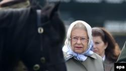 Kraliça 2-ci Elizabeth at yarışını izləyir.