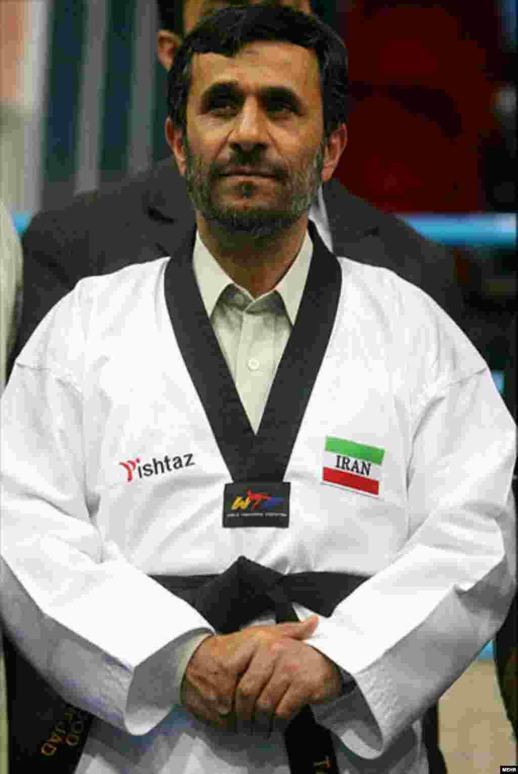 Prezident Mahmud Ahmadinejad karate idmanı üçün geyimdə.