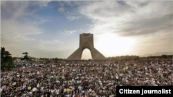 تصویری از تظاهرات اعتراضی در بیست و پنجم خرداد در میدان آزادی