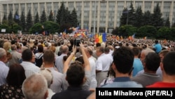 Люди в центре Кишинева участвуют в митинге. 6 сентября 2015 года.