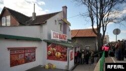 Redovi pred SOS marketima za socijalno ugrožene bili su još 2009. Foto: Vesna Anđić