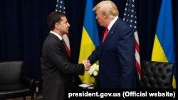 Президент США Доналд Трамп (справа) и президент Украины Владимир Зеленский (слева)