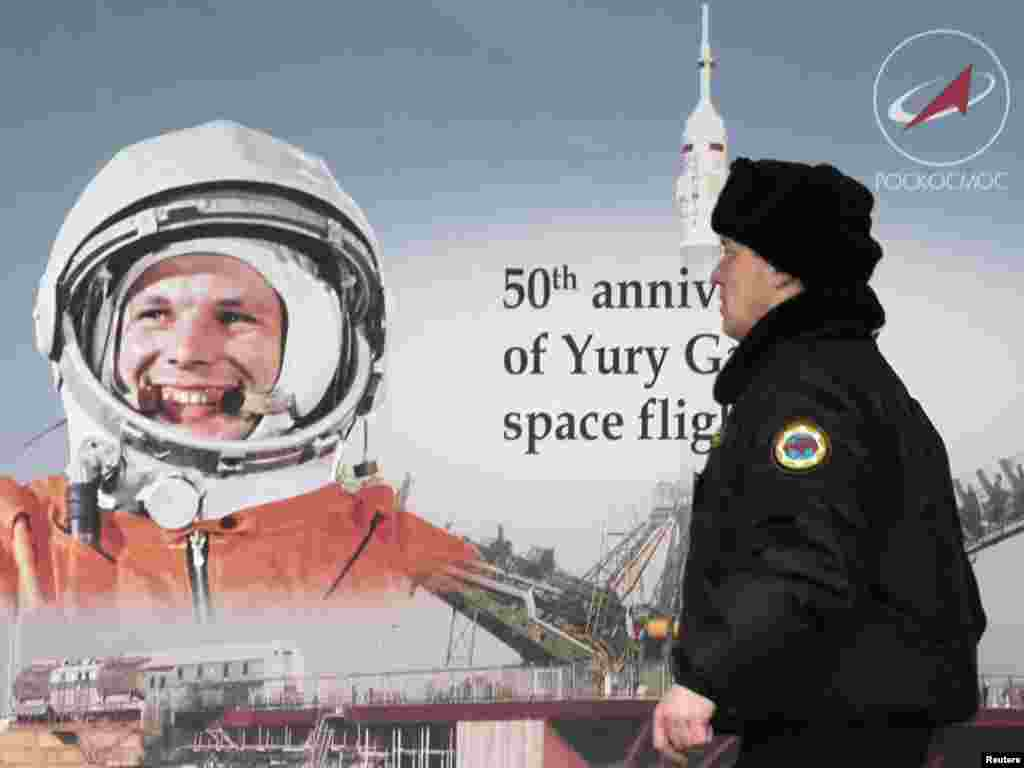 Россия: Мужчина направляется на торжественное мероприятие, посвященное 50-летию полета Юрия Гагарина в космос. Москва