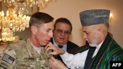 Ҳамид Карзай Афғонистонни тарк этаëтган генерал Петреусни тақдирлади.
