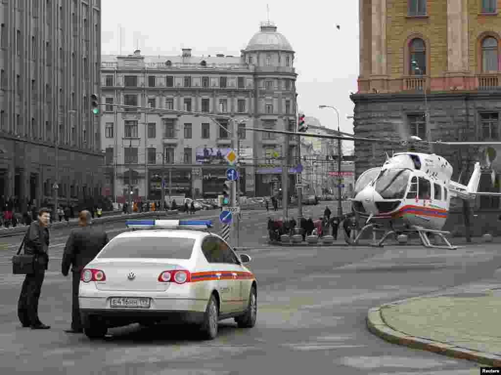 Гелікоптер МНС Росії біля станції метро «Луб'янка»
