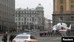 Moskva 29 mart 2010. Təcili yardım vertolyotu hadisə yerində