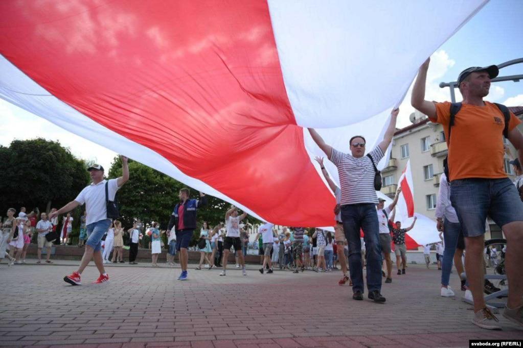 In Grodno versammelten sich Menschen auf dem Sowjetplatz.  Dann marschierten ungefähr 10.000 Menschen vom Sowjetplatz (im Stadtzentrum) zum Leninplatz