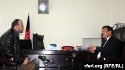 داود علی نجفی وزیر ترانسپورت و هوانوردی افغانستان در حال مصاحبه با سید فتح محمد بها خبرنگار رادیو آزادی