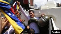 Полицейские задерживают Леопольдо Лопеса во время протеста в Каракасе в феврале 2014 года. Архивное фото.