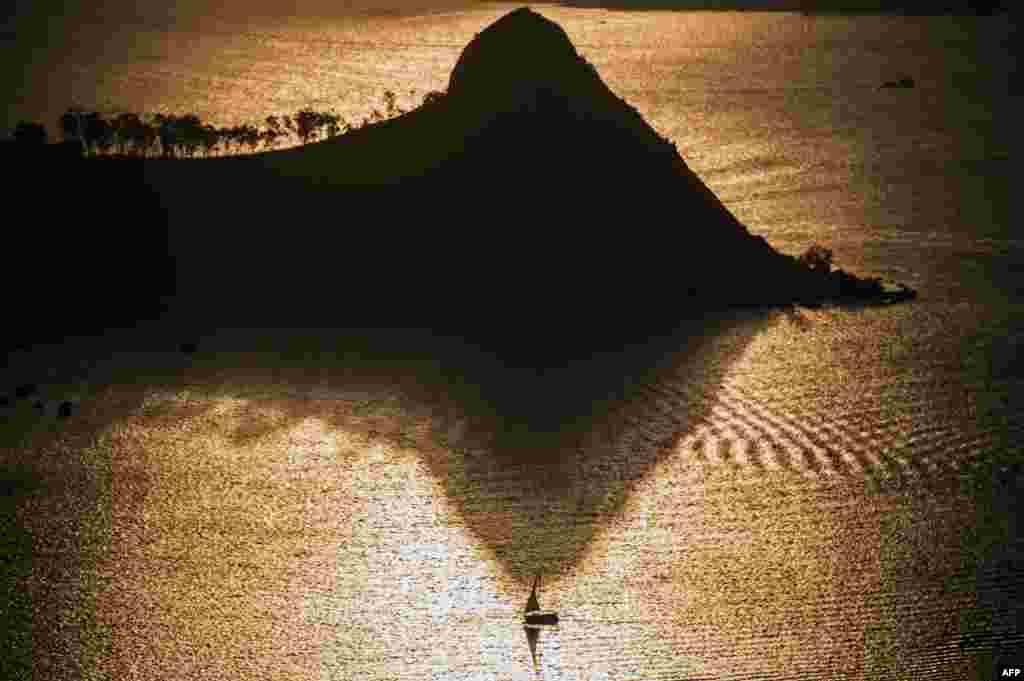 Apus de soare la Guanabara Bay, Rio de Janeiro, Brazilia. (AFP/Christophe Simon)