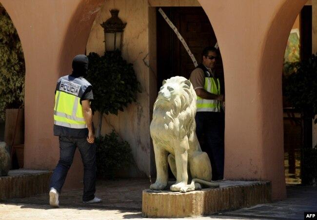 Полиция на побережье юга Испании обыскивает виллу одного из живущих здесь россиян. 2018 год