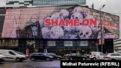 Poruka 'Shame on you' na displeju tržnog centra koji se nalazi u Sarajevu, osvanula uoči dodjele Nobelove nagrade austrijskom piscu