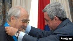 Նախագահ Սերժ Սարգսյանը Միշել Լեգրանին է հանձնում Հայաստանի Պատվո շքանշանը, 15-ը սեպտեմբերի, 2009