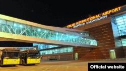 По словам представителя Грузинской железной дороги, руководство ГДЖ думает сейчас над тем, как закрыть железнодорожный маршрут центр-аэропорт и положить конец бессмысленному и беспощадному разбазариванию средств