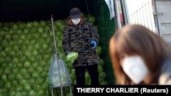 Люди в защитных масках в Пекине. Иллюстративное фото.