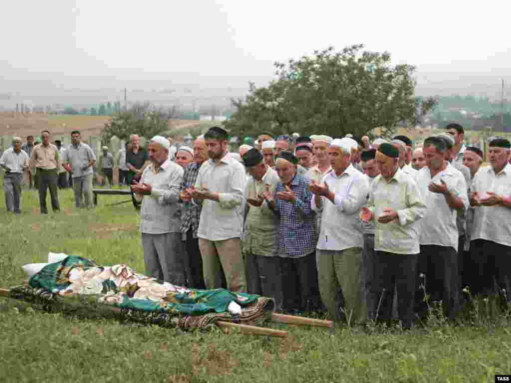 Наталья Эстемирова похоронена 16 июля на кладбище в селении Ишхой-Юрт Гудермесского района в Чечне рядом с могилой отца