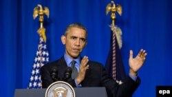 АКШнын президенти Барак Обама Париждеги саммитте сүйлөп жатат.