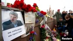 Люди приносят цветы к месту убийства российского оппозиционного политика Бориса Немцова. Москва, 28 февраля 2015 года.