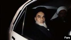 آيت الله خمينی گرچه واضع يا صاحب مکتب نبود، اما پس از انقلاب اسلامی از امکان تحقق نظريات خود بهره مند شد.(عکس: AFP)