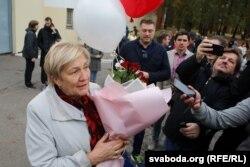 Маці Алены Леўчанкі ля ізалятару на Акрэсьціна