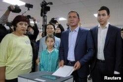 Қырғызстан президенттігіне кандидат Омурбек Бабанов сайлау учаскесіне дауыс беруге отбасы мүшелерімен бірге келді. Бішкек, 15 қазан 2017 жыл.