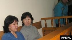 """""""Верный KZ"""" құрылыс компаниясының директоры Майя Әбішева (оң) және оның орынбасары Ләззат Есенова сот үкімі шығар алдында. Алматы, 26 қаңтар 2009 ж."""